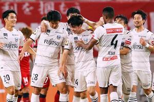 鹿島―川崎 試合終了間際、決勝ゴールを決め、祝福される川崎・宮城(左から3人目)=カシマ