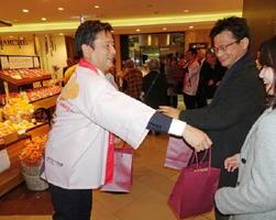 「佐賀フェア」で県産イチゴさがほのかを配る山口祥義知事=東京の銀座三越