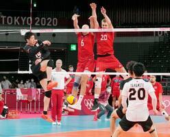 日本―ポーランド 第3セット、石川(左)のスパイクがブロックされ試合終了=有明アリーナ