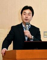講演する産業技術総合研究所の内田洋平さん=佐賀市のグランデはがくれ