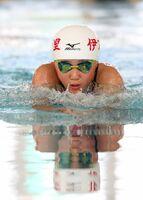 水をかき分け進む選手=佐賀市のSAGAサンライズパーク水泳場