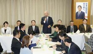 自民党税制調査会の総会であいさつする甘利明会長=21日午後、東京・永田町の党本部