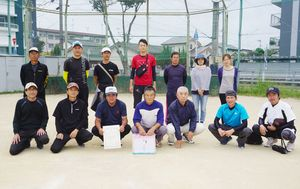 神野校区町区対抗ソフトボール大会で優勝した上多布施西部チーム