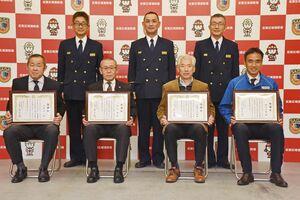 人命救助の感謝状を受けた(手前左から)日吉洋一さん、香田徹さん、古賀三知雄さん、鈴木文理さん=多久消防署