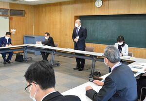 新型コロナ対策本部会議で、ワクチン接種状況などを報告した橋本康志鳥栖市長(奥中央)=市役所