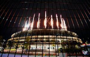国立競技場で打ち上げられた花火。緊急事態宣言下、開会式も無観客で行われた=23日夜