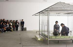 ガラスの茶室で行われたお点前パフォーマンス=佐賀市城内の県立美術館