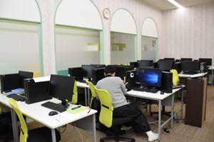 パソコンなどの設備が整う子育て支援オフィス。左側のガラス越しにキッズスペースがある=小城市牛津町のセリオ
