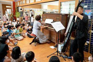 10ミニッツコンサートでピアノなどの音色を楽しむ児童たち=有田町の有田小