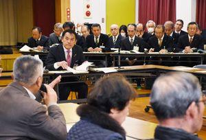 4回目の対話集会で、市民(手前)の意見に耳を傾ける唐津市の峰達郎市長。奥は市の幹部職員=1月31日、北波多公民館