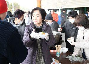 豚汁を配る大川町コミュニティ女性委員会のメンバー=伊万里市の大川梨選果場