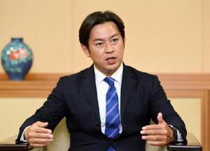 再選から一夜明け、インタビューに応じる福岡資麿氏=11日午前、佐賀市の佐賀新聞社