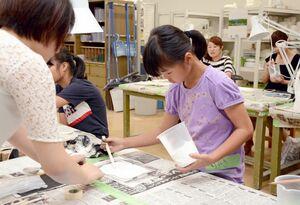 石こう版画づくりに取り組む児童=有田町の佐賀大有田キャンパス
