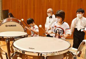 ワークショップでティンパニーをたたき、音を出す子供たち=佐賀市文化会館