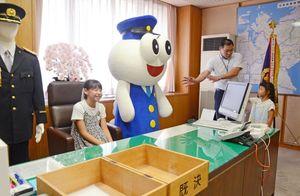 本部長室の席に座る子どもたち=佐賀市の県警本部