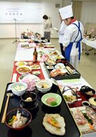 春のおもてなし料理をテーマに華やかな料理が並んだ卒業制作展=佐賀市の西九州大佐賀調理製菓専門学校