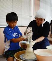 道具の使い方を教えてもらい、ろくろで茶わんを作る参加者=有田町泉山のろくろ座