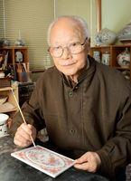 「今は趣味程度」というものの、ほぼ毎日工房に通い絵筆を握る川原留雄さん=有田町の陶次郎工房