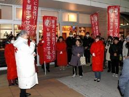 刀町に開いた事務所近くで、集まった人たちにあいさつする田中路子氏(左)=唐津市南城内