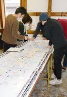 地域にどんな店や施設があったかを地図に書き込むワークショップ。「懐かしいね」と地域住民=有田町大樽の手塚ギャラリー