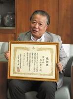 地元の緑化運動に貢献したとして国土緑化推進機構から表彰を受けた松永孝三さん=伊万里市役所