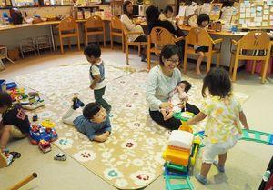 子育てを支援するスペースで遊ぶ子どもたち。衆院選では、社会保障の将来像が争点の一つになっている=佐賀県内