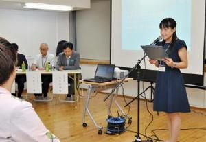 山口知事らの前で日頃の活動などについてプレゼンするCSOのメンバー=佐賀市のTOJIN茶屋