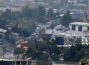パキスタン北西部、トルカム国境検問所のアフガニスタン側で渋滞するトラックの車列=23日(共同)