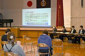 中学校の統合再編計画で、学校の現状や課題が示された住民説明会=杵島郡白石町の白石小学校体育館