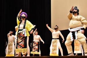 相撲甚句を披露するゆめさが大学の学生ら=佐賀市文化会館