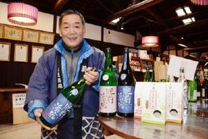 CFによる資金調達で、県産米を使った日本酒や米菓の新ブランド「肥前浜宿」の販売促進を目指している峰松一清社長=鹿島市の峰松酒造場