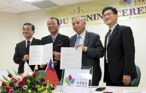 連携協定調印式に臨んだ(左から)坂井俊之唐津市長、JCCの山﨑信二代表理事ら=台湾・台南市(JCC提供)