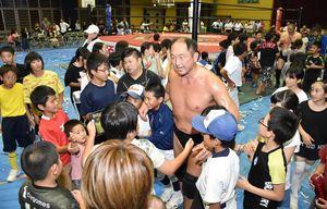 試合を終え、リングを後にする大谷晋二郎さんを囲む子どもたち=多久市の東原庠舎中央校