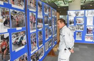 70年の歴史を振り返る東西松浦駅伝大会写真展=伊万里市役所