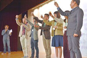 佐賀の地酒で乾杯する山口知事(左)と学生ら=佐賀市のロイヤルチェスター佐賀