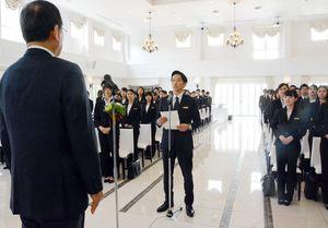新入社員を代表し、金子和斗志社長に決意を表明する保科良太さん(中央)=伊万里市のララシャンス迎賓館