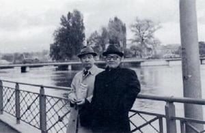 古伊万里の買い付けにヨーロッパを訪れ、記念撮影する蒲原権さん(右)と蒲地昭三さん=1975年、スイス・ジュネーブのレマン湖畔(図録「欧州貴族を魅了した古伊万里」より)