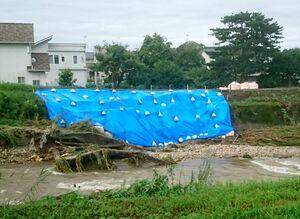 2018年7月の豪雨で一部が削られた田手川の堤防=吉野ヶ里町大曲(町提供)