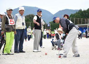 ゲートボール一般男女混成 狙いを定める玄海町Aの選手=有田町中央運動公園