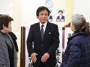 落選が確実となり、悔しさをにじませた山口隆敏さん(中央)=8日午後9時56分、西松浦郡有田町南原の事務所