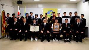 秀島市長(前列中央)と記念写真に収まる大和中剣道部=佐賀市役所