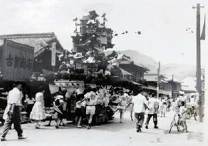 炭鉱で栄えた時代の山笠の引き回しの様子(提供写真)