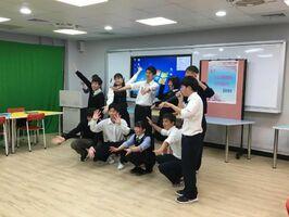 パプリカを披露する生徒たち=台北市の稲江高級護理家事職業学校