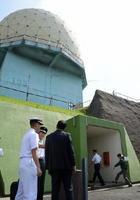 レーダーの管制室に入る稲田朋美防衛相(右下)=神埼市脊振町の航空自衛隊脊振山分屯基地