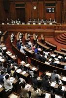 改正健康増進法が与党などの賛成多数で可決、成立した参院本会議=18日午前