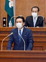 新型コロナウイルス対策の補正予算案を説明し、国策課題への認識も示した山口祥義知事=佐賀県議会棟