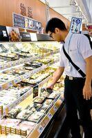 総菜売り場で、温度などを確認する保健福祉事務所の監視員=佐賀市のマックスバリュ南佐賀店
