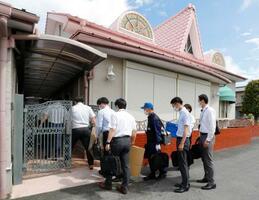 家宅捜索のため双葉保育園に入る福岡県警の捜査員=1日午前10時4分、福岡県中間市