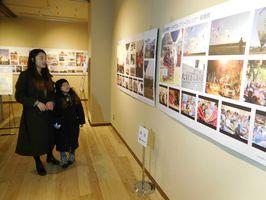 公式カメラマンらが撮影した約100点の写真が並ぶ=佐賀市の佐賀バルーンミュージアム