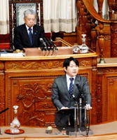 初めて本会議場での代表質問に臨む山下雄平参院議員=10月28日、参院本会議場